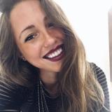 Eenzaam studente van 24 wil graag daten met een wulpse heer