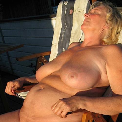 Laat je fijn zuigen door een sensuele vrouw